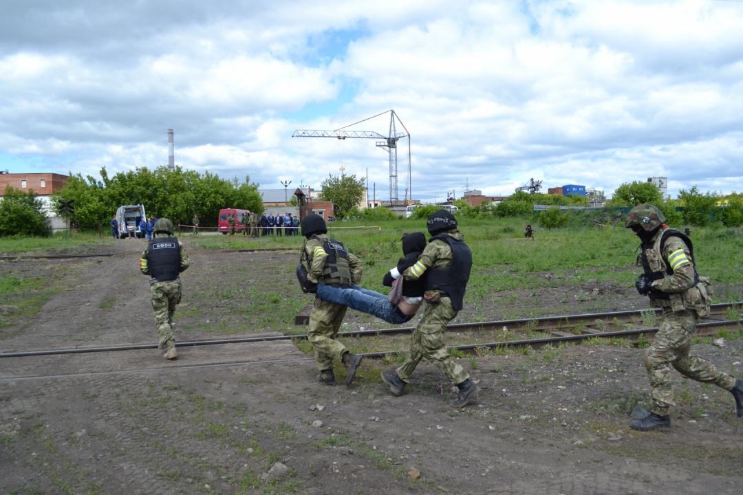 Раненый заложник передан сотрудниками спецподразделения бригаде скорой медицинской помощи.