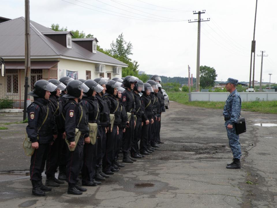 До сотрудников полиции доводится складывающаяся оперативная обстановка, ставится задача по оцеплению объекта
