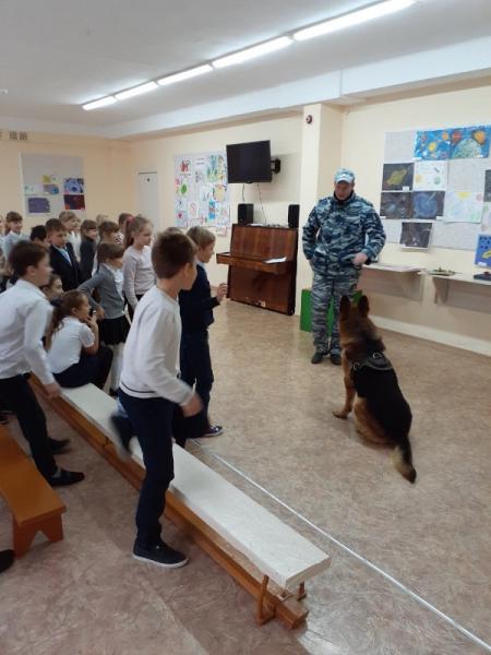 Сотрудники ОМВД России по Нижнегорскому району провели урок правового информирования для школьников