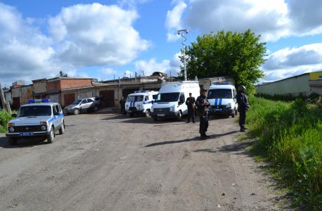 На место происшествия прибывают наряды комплексных сил полиции и бригады экстренных служб