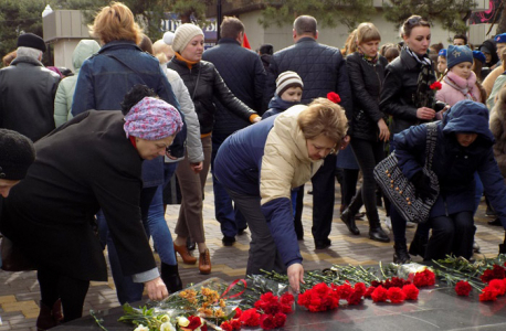 В Минеральных Водах прошел траурный митинг, посвященный 18-ой годовщине теракта у центрального рынка
