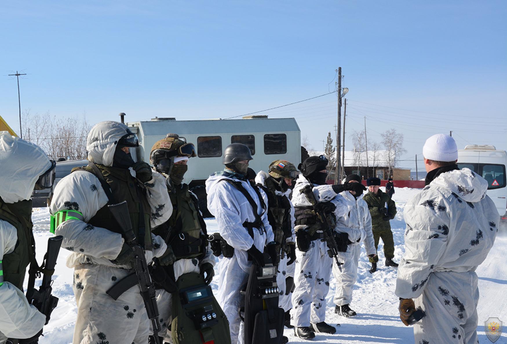 Сотрудники оперативно-боевого подразделения получают указания руководителя группы по действиям при штурме.