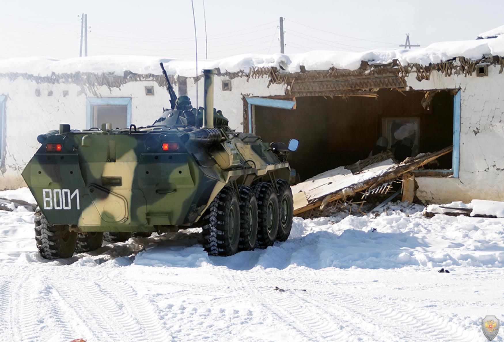 Бронетехника оперативно-боевого подразделения освобождает произведенный пролом в стене для входа бойцов при штурме.