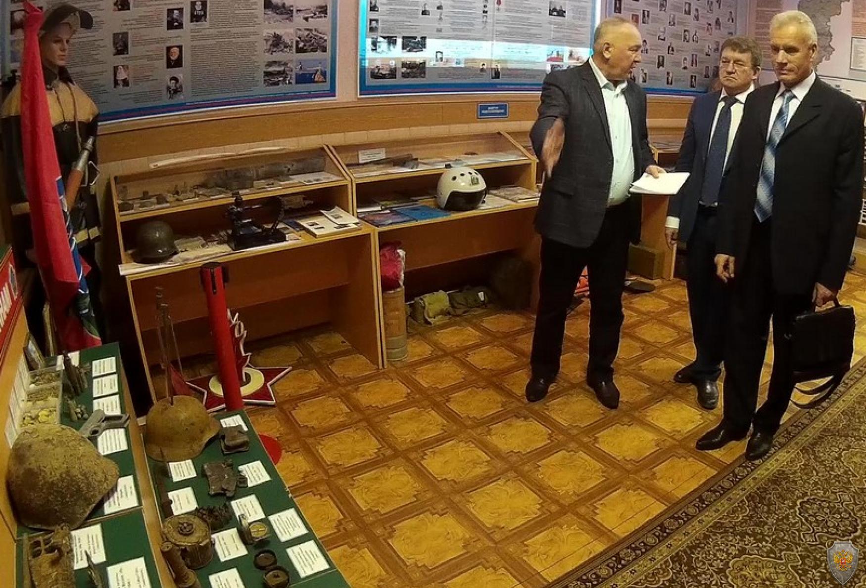 Участники конференции осматривают экспозицию музея МПВО - ГО - РСЧС по истории развития системы гражданской обороны.